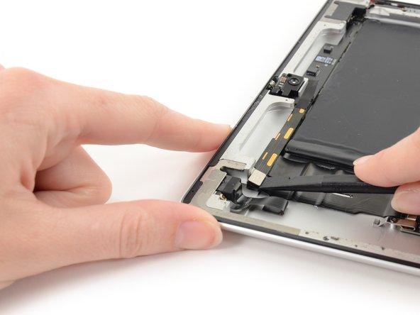 Utilisez l'extrémité plate d'un spudger pour faire soigneusement levier sur le connecteur et le débrancher de sa prise sur la carte de contrôle.
