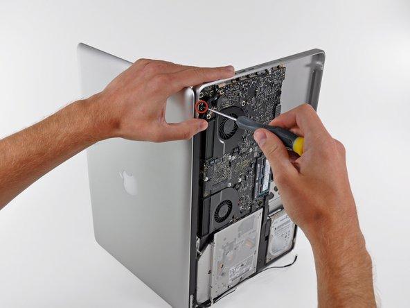 Ouvrez votre MacBook Pro de sorte que l'écran est perpendiculaire au boîtier supérieur.