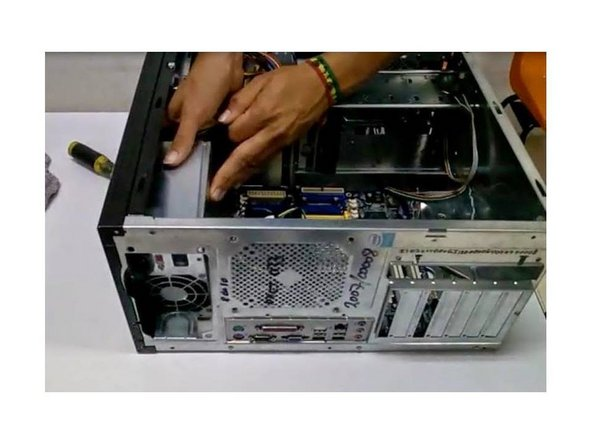 Retiro de la fuente de poder: La fuente de poder está montada en el sistema con varios tornillos (normalmente cuatro) en la parte posterior - RECUERDE retirar los tornillos y desconectar los cables de la fuente a la tarjeta madre