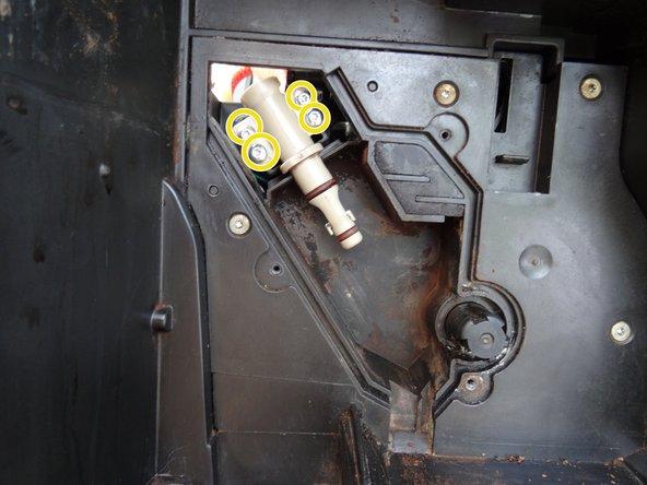 Das Suppoertventil ist mit vier Torx T10 Schrauben befestigt. Drehe sie heraus.