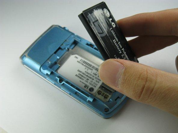 En utilisant votre index, soulevez et retirez la batterie du téléphone.