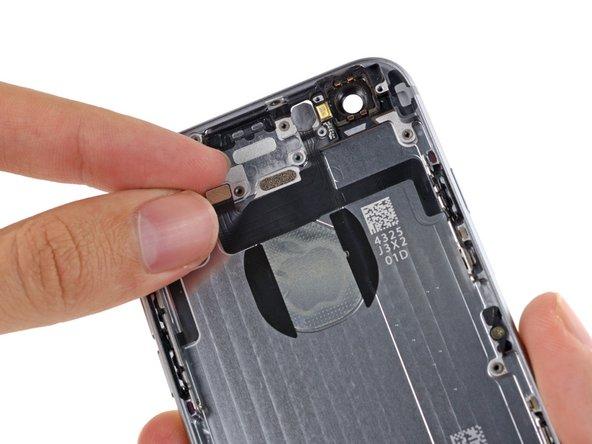 コネクターの端周辺の背面ケースからフラッシュ、マイク、パワーボタンアセンブリケーブルを剥がしていきます。