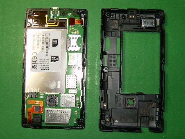 Once those are released, the case will simply open up. With the cover (Nokia calls it the D-cover) removed, the logic board will be visible.