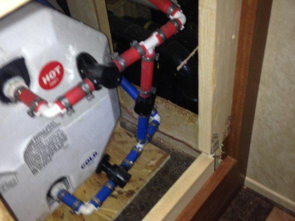 Les valves sont placées de manière à allouer l'eau froide dans le chauffe-eau et ressortir. La valve de jonction froid-chaud est fermée