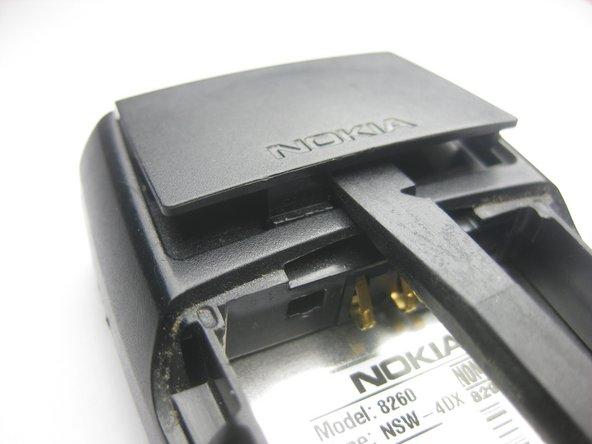 Soulevez le cache de l'antenne en utilisant le spudger comme levier sur .