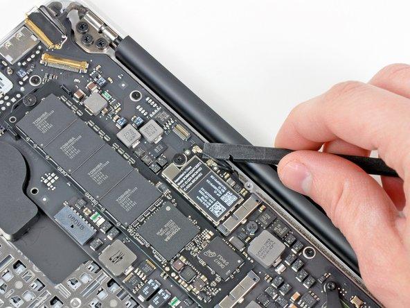 Heble beide Antennenkabelstecker mit einem Spudger nach oben und entferne sie aus ihren Anschlüssen auf der  AirPort/Bluetooth Karte.