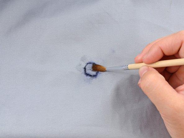 Étalez uniformément la colle en couche mince, à l'aide du pinceau.