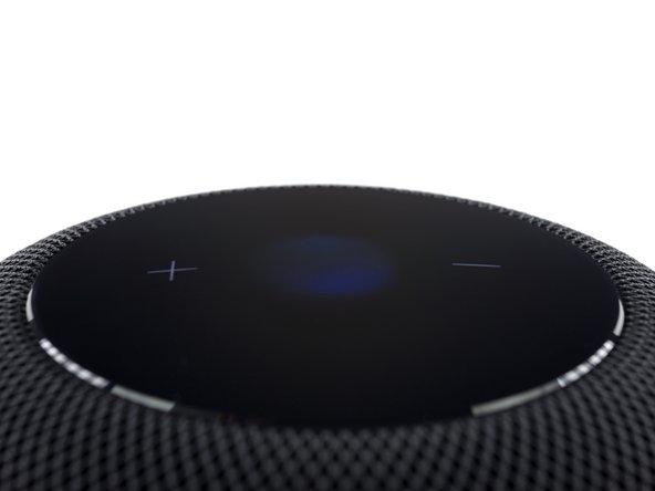 Les ingénieurs d'Apple ont conçu cette grille transparente d'un point de vue acoustique, mais protégeant l'intérieur du HomePod de la poussière et des débris.