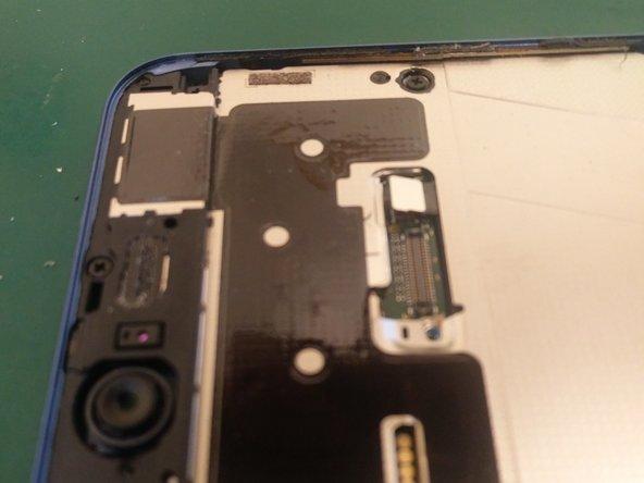 Vervolgens de schermconnector loskoppelen.