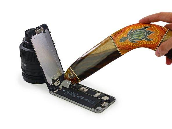 Questo passo può prevedere l'uso improprio di un boomerang, eseguito da professionisti o sotto la supervisione di professionisti. In base a ciò, iFixit insiste perché nessuno tenti di ricreare o riprodurre qualsiasi riparazione tramite boomerang eseguita durante questo smontaggio.
