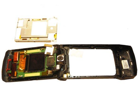 Tirez le cadre métallique supérieur hors du téléphone.