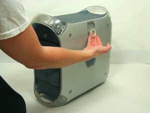 Abriendo la carcasa de PowerMac G4 M5183