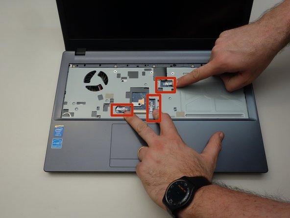 Retournez maintenant le portable et repérez les trois câbles de connexion comme indiqué dans la seconde image de cette étape.