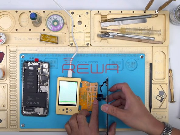 Connect the original screen with the display extended module. Read data of the original screen with the True Tone repair programmer.