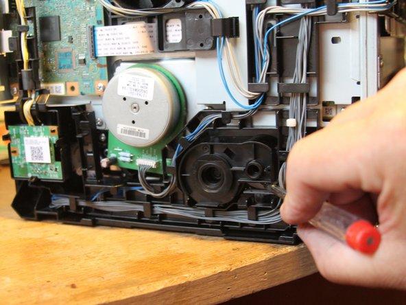 Der Zusammenbau erfolgt in umgekehrter Reihenfolge... Bis dem Drucker nur noch der rechte und vordere Gehäuseteil plus die Papierklappe fehlt.