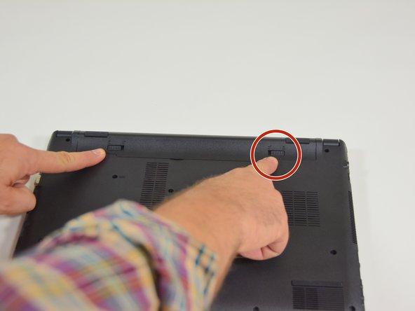 Image 1/2: Danach entfernen Sie den Akkumulator mit simultan geöffnetem Riegel auf der linken Seite.