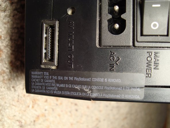 On the back right of the console we can clearly see the warranty seal... the point of no return!
