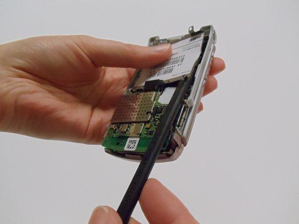 Pour les étapes suivantes, le téléphone est affiché fermé pour faciliter la manipulation des pièces.
