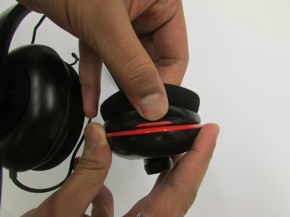 Pinch the inner edge of the ear cushion from the bottom.