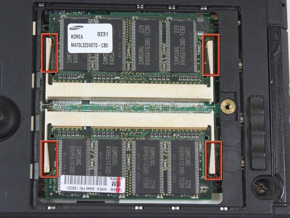 Localisez les quatre onglets blancs. Il y a deux paire d'onglets blancs, les deux premiers maintiennent la première barrette de RAM et ceux en dessous maintiennent la seconde.