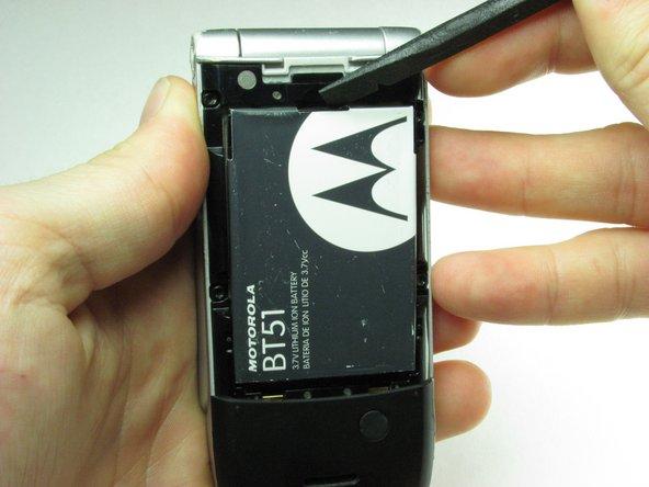 En utilisant le spudger ou votre doigt, tirez doucement la batterie par le haut.