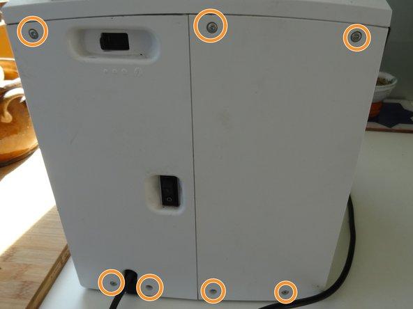 Entferne sieben Torx T10 Schrauben auf der Rückseite.