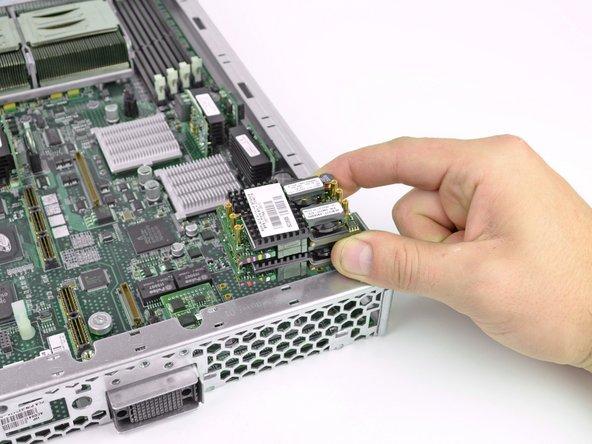 Le convertisseur de puissance est composé de deux modules identiques empilés l'un sur l'autre utilisant les bouts de pistes entre eux comme relais de puissance (ça c'est de l'optimisation de l'espace !).