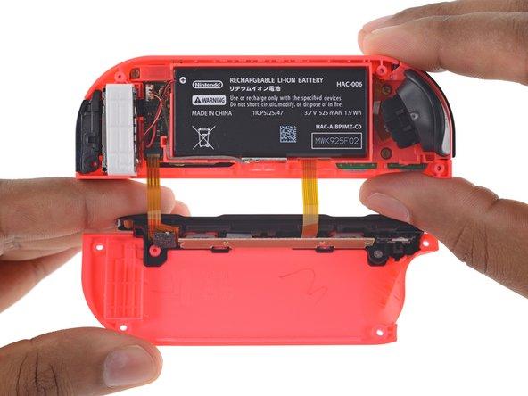 """それぞれのコントローラーには1.9 Wh のリチウムイオンバッテリー、Bluetooth、加速度メーター、ジャイロスコープと(ハプティック/触覚ではない)""""HD振動""""モーターが装着されています。"""