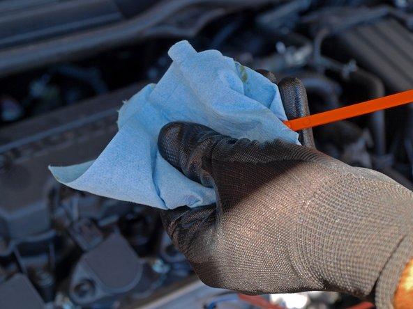 用干净的毛巾或抹布擦拭机油标尺,来确保度数准确。