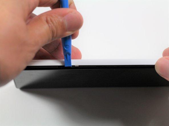 Fahre mit dem Plastiköffnungswerkzeug rund um die Seitennaht des Smartphones, um das Rückgehäuse abzulösen.