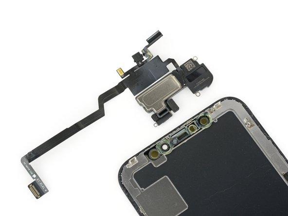 ディスプレイ上部のコンポーネントを取り出してみると今までに見たことがないほど複雑なコンポーネントが絡まり合っています。スピーカー、マイク、環境光センサー、フラッドイルミネーションや近接センサーが詰め込まれています。