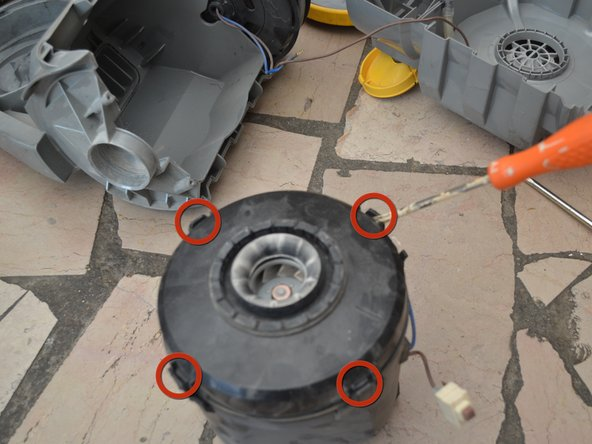 Ouvrir le boitier du moteur (4 clips).