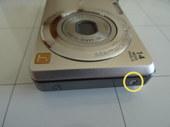 Entferne die einzelne 3,3 mm Kreuzschlitzschraube #000 von der rechten Seite.