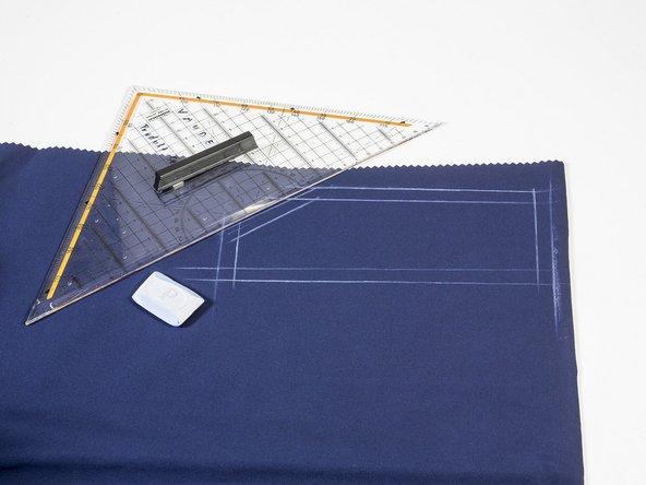 Die aufgezeichnete Form und Maße des Flickens auf ein passendes Stoffstück übertragen.