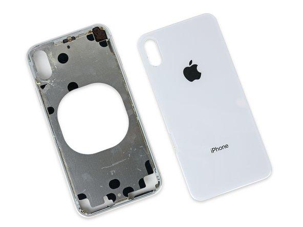 Trotz einigem rum-Jimmen kommen wir hier nicht weiter: Anders als beim iPhone 8 besteht die Rückseite hier nicht aus einem Stück, sondern die Erhebung der Kamera überlappt das Rückglas und ist akkurat auf den Metallrahmen darunter geschweißt.