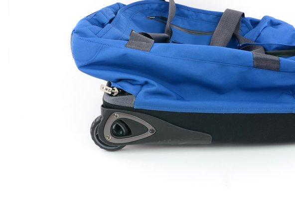 Posare il trolley in posizione orizzontale, con la ruota danneggiata rivolta verso se stessi.