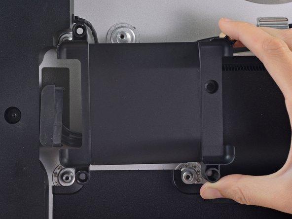 Retirez le plateau du disque dur du boîtier arrière.