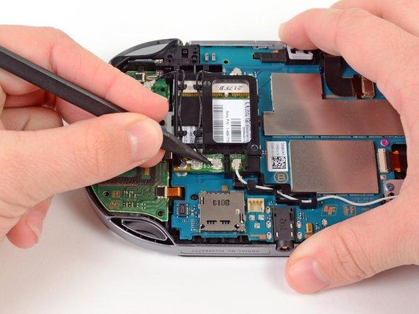 Usando el extremo puntiagudo del spudger, levante suavemente el cable de la antena GPS de la tarjeta inalámbrica.