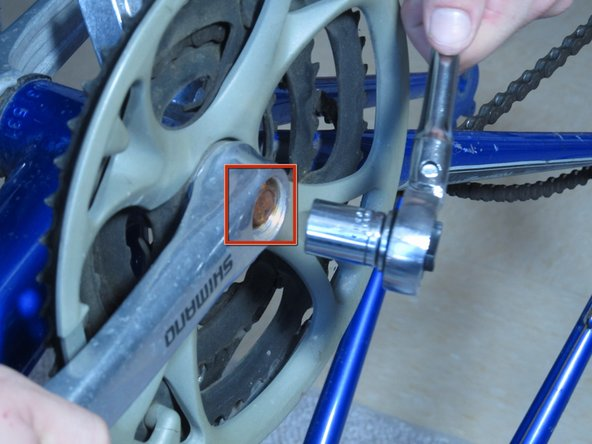 Image 1/2: Twist the socket wrench clockwise until the screw has been removed.