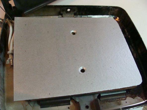 Snij nieuwe mica vellen op maat.  Deze vormen een elektrische isolator en tegelijk een warmte geleider met de beschermplaat.