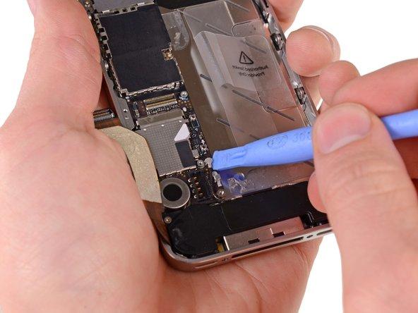 С помощью пластиковой лопатки отключите провод антенны от разъёма на материнской плате.