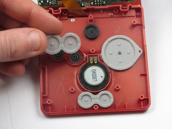Hebe die Trackpads unter folgenden Tasten mit den Fingern heraus: