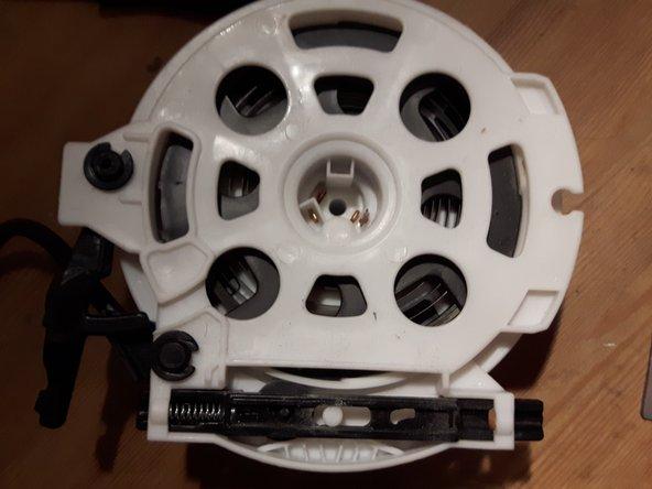 Image 1/3: Da die Gummirolle nicht greift, diese herausnehmen, indem man den schwarzen Schieber mit der Feder über den weißen Zylinder hebelt (Plastik biegt, wird nicht kaputt gehen) und unter dem Steg rechts im Bild hervorhebeln.