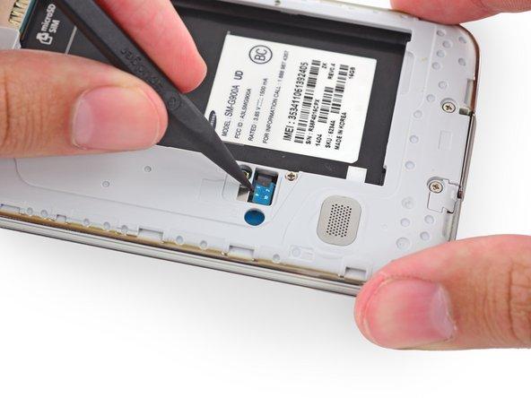 Avec la pointe d'une spatule (spudger), faites levier sur le connecteur de la nappe du bouton home pour le déconnecter de sa prise.