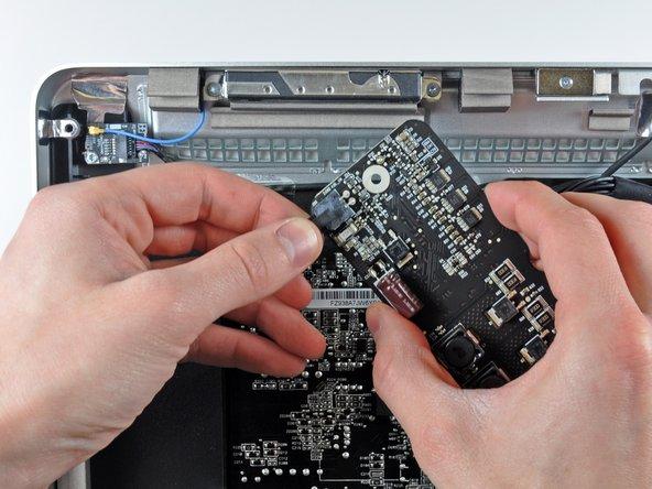 Hebe die LED Treiberplatine aus ihrem Sitz im äußeren Gehäuse. Denke dabei daran, dass sie über das Kabel der Gleichstromversorgung immer noch am Netzteil angeschlossen ist.