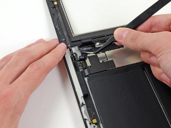 Si présent, retirez le morceau de ruban isolant qui couvre l'antenne Wi-Fi, le câble du haut-parleur et le câble du bouton home.