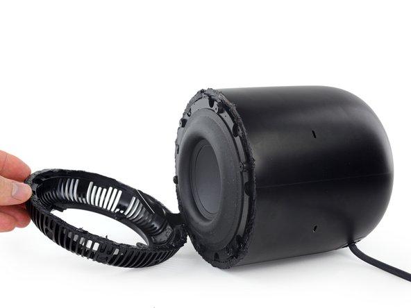 このスピーカーのサイズに比べてウーファー上のマグネットが大きく見えるなら、実際に大きいということです。ディープで感動的なベース音を可能にするには空気を振動させるスピーカーの性能次第なのです。