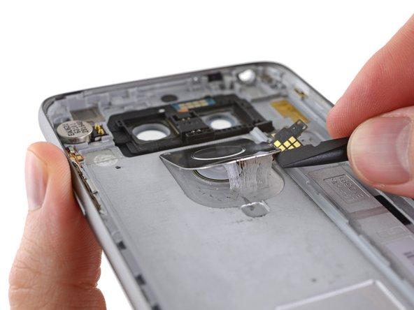 Eine kräftige und gut verklebte Abdeckung hält den Knopf auf der Rückseite an Ort und Stelle und soll das Gehäuse vermutlich wasserdichter machen. Das erinnert uns an das Bi-Metal Logo des iPhone SE.