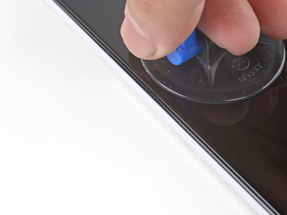 Apply a suction cup to the heated side of the screen, as close to the edge as possible.