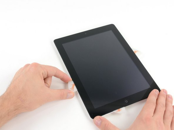 Fahre mit dem Opening Pick entlang der linken Kante des iPads und löse dabei den Kleber.